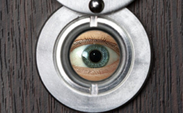 Установка дверного глазка