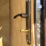 Обновление обивки дверного полотна и замена замка