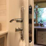 Замена обивки двери с двух сторон и установка замка с ручками