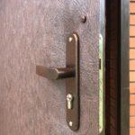 Замена обивки металлической двери и замена замка с ручками